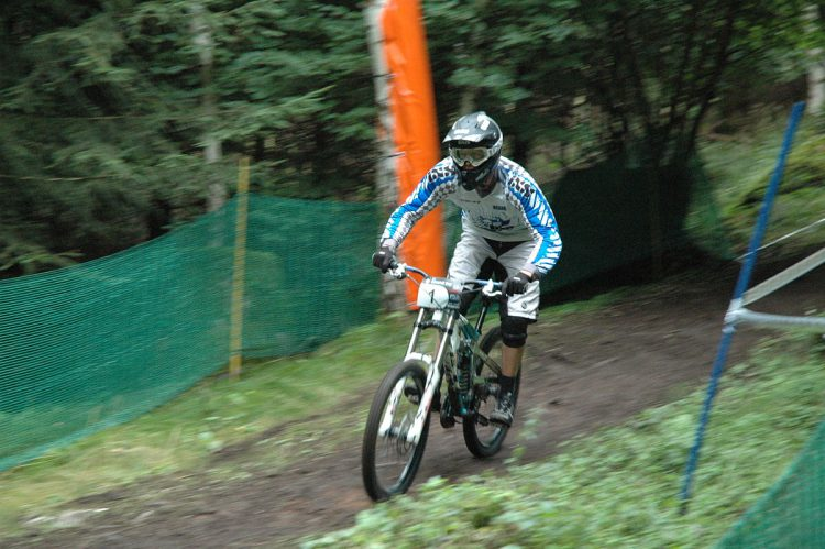 1200px-IXS_European_Downhill_Cup_2008_Ilmenau_-_Nick_Beer_0881